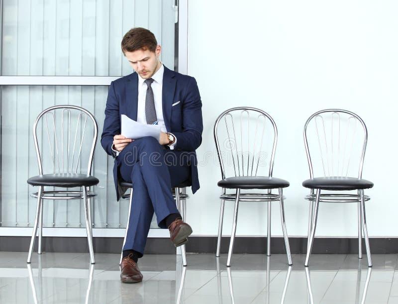 συνέντευξη έτοιμη Στοχαστικό άτομο στο formalwear έγγραφο εκμετάλλευσης στοκ εικόνα
