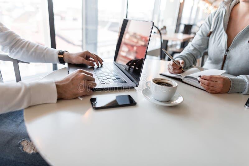 Συνέντευξη εργασίας - ο επιτυχής επιχειρηματίας με το lap-top ακούει τις απαντήσεις του υποψηφίου Νέα επιχειρησιακή γυναίκα σε έν στοκ εικόνες