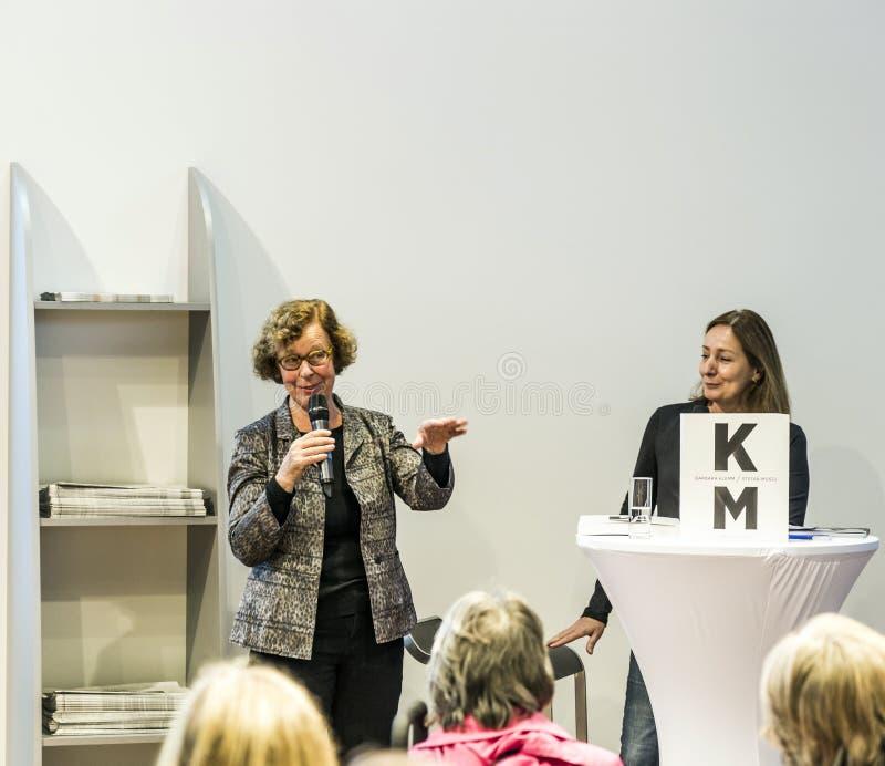 Συνέντευξη με τη Barbara Klemm στην έκθεση 2014 βιβλίων της Φρανκφούρτης στοκ φωτογραφία
