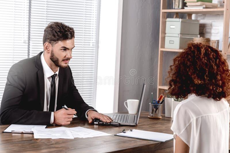 Συνέντευξη Ο εργοδότης που μιλάει για σημειώσεις επικεντρώνεται στον υποψήφιο που είναι εν ενεργεία στοκ φωτογραφία