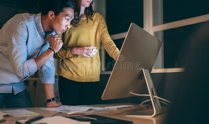 Συνέταιροι που εργάζονται αργά - νύχτα στο γραφείο στοκ φωτογραφία με δικαίωμα ελεύθερης χρήσης