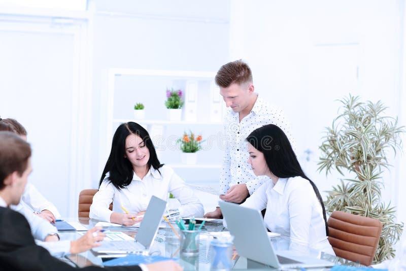 Συνέταιροι που εργάζονται στο νέο πρόγραμμα στο γραφείο στοκ εικόνες