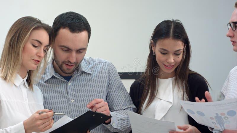 Συνέταιροι που εργάζονται στο νέο πρόγραμμα στο σύγχρονο γραφείο στοκ εικόνες