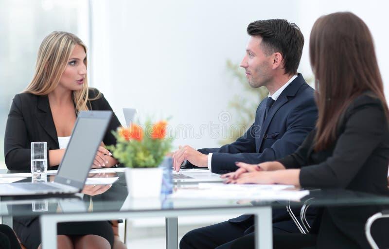 Συνέταιροι που συζητούν μια χρηματοπιστωτική συναλλαγή στοκ εικόνες