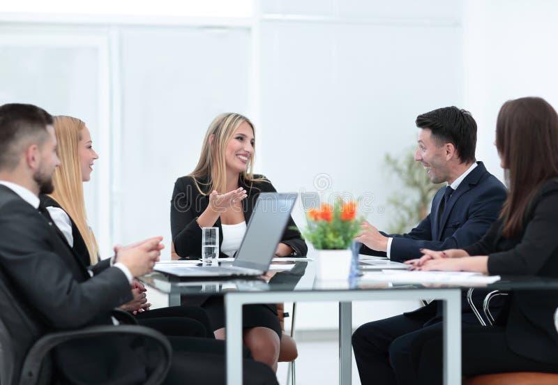 Συνέταιροι που συζητούν μια χρηματοπιστωτική συναλλαγή στοκ εικόνα