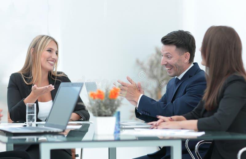 Συνέταιροι που συζητούν μια χρηματοπιστωτική συναλλαγή στοκ φωτογραφία