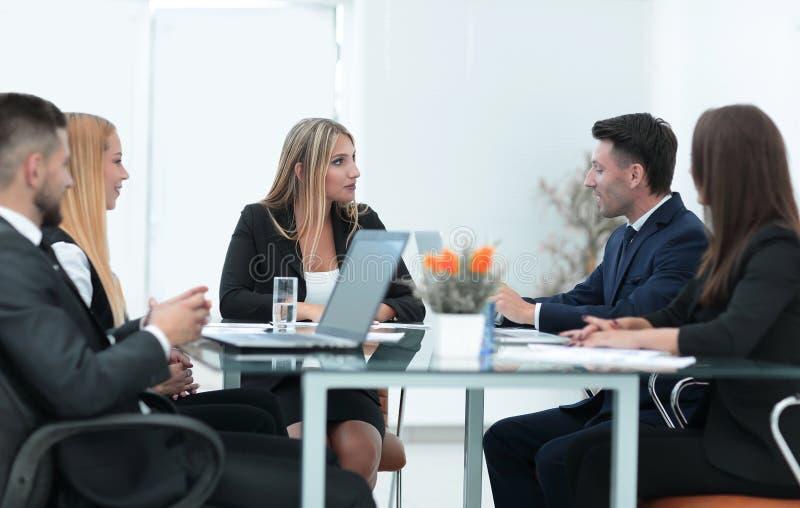 Συνέταιροι που συζητούν μια χρηματοπιστωτική συναλλαγή στοκ φωτογραφίες