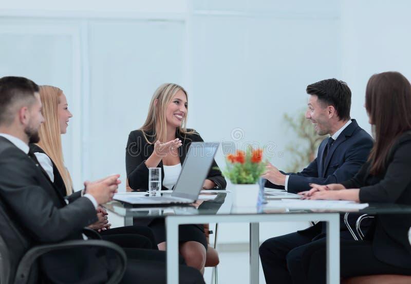 Συνέταιροι που συζητούν μια χρηματοπιστωτική συναλλαγή στοκ φωτογραφίες με δικαίωμα ελεύθερης χρήσης