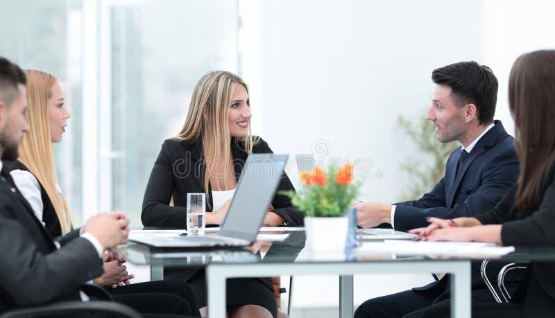 Συνέταιροι που συζητούν μια χρηματοπιστωτική συναλλαγή στοκ φωτογραφία με δικαίωμα ελεύθερης χρήσης