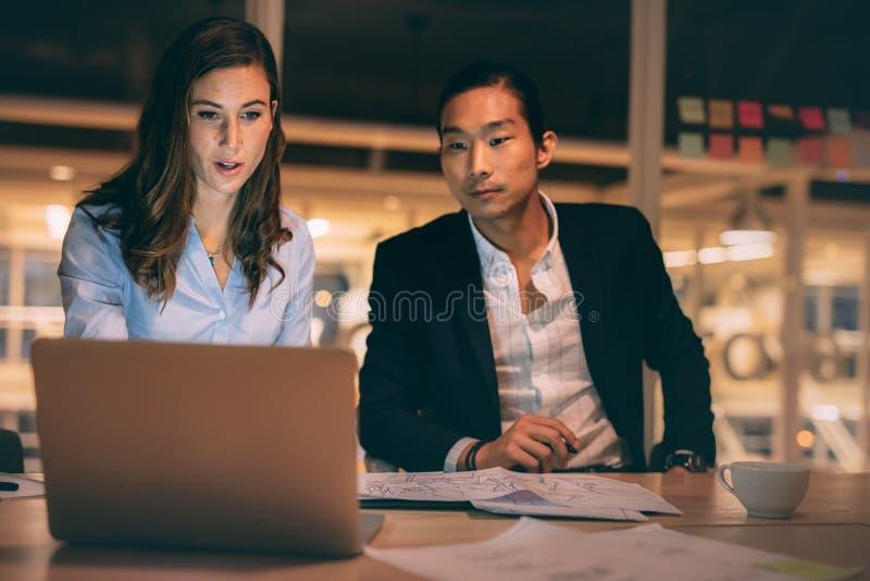 Συνέταιροι που συζητούν την εργασία στην αρχή στοκ εικόνα
