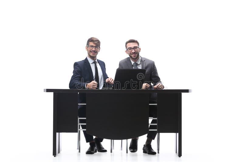 Συνέταιροι που συζητούν τις νέες πληροφορίες r στοκ φωτογραφία