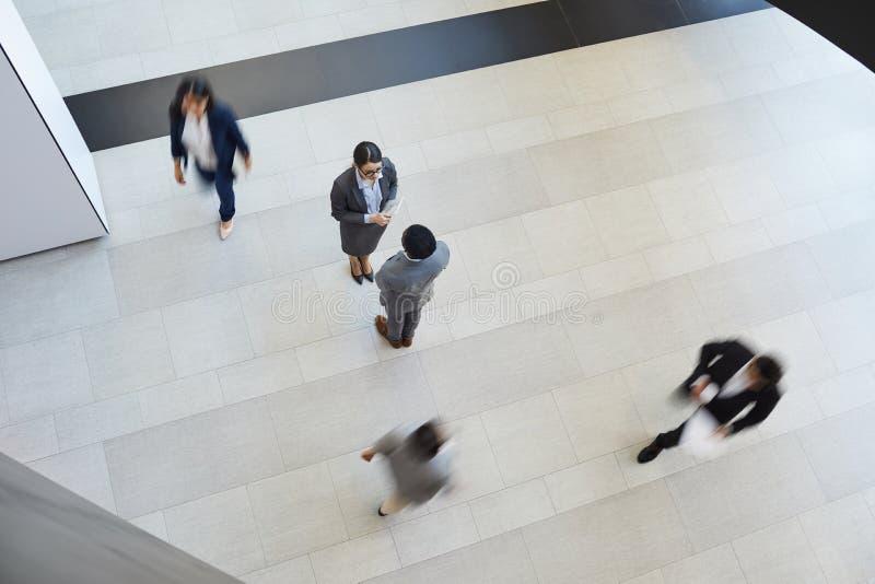 Συνέταιροι που συναντιούνται στο διάδρομο στοκ εικόνα