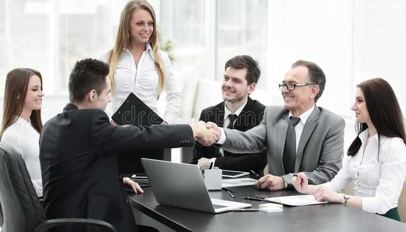Συνέταιροι που τινάζουν τα χέρια μετά από μια επιτυχή συναλλαγή στοκ εικόνες