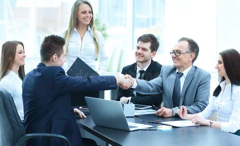 Συνέταιροι που τινάζουν τα χέρια μετά από μια επιτυχή συναλλαγή στοκ φωτογραφία