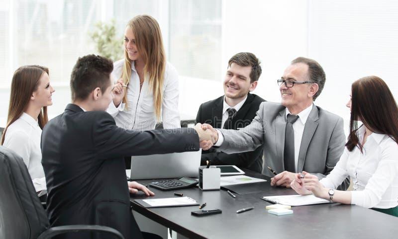 Συνέταιροι που τινάζουν τα χέρια μετά από μια επιτυχή συναλλαγή στοκ εικόνα