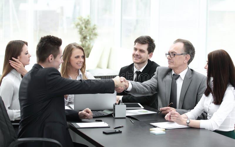 Συνέταιροι που τινάζουν τα χέρια μετά από μια επιτυχή συναλλαγή στοκ εικόνα με δικαίωμα ελεύθερης χρήσης