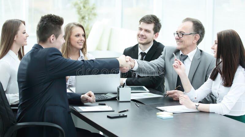 Συνέταιροι που τινάζουν τα χέρια μετά από μια επιτυχή συναλλαγή στοκ φωτογραφίες με δικαίωμα ελεύθερης χρήσης