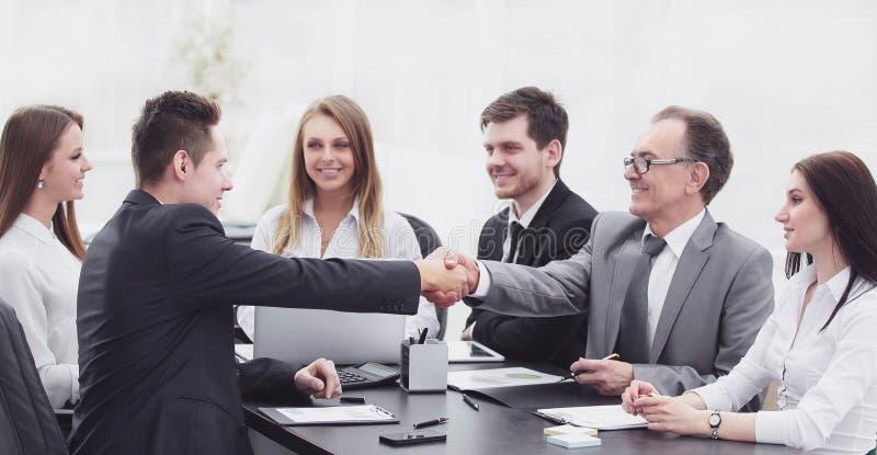 Συνέταιροι που τινάζουν τα χέρια μετά από μια επιτυχή συναλλαγή στοκ εικόνες με δικαίωμα ελεύθερης χρήσης