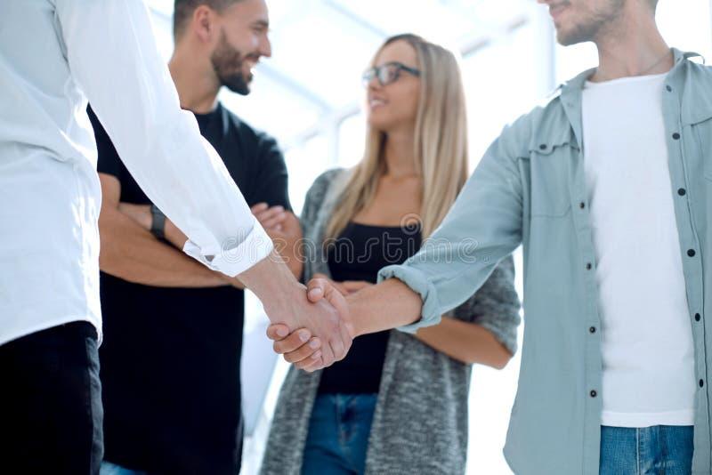 Συνέταιροι που τινάζουν τα χέρια μετά από μια επιτυχή συναλλαγή στοκ φωτογραφίες