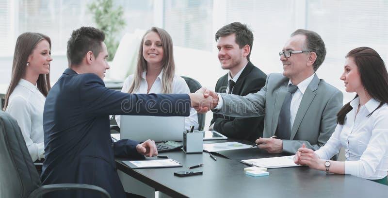 Συνέταιροι που τινάζουν τα χέρια μετά από μια επιτυχή συναλλαγή στοκ φωτογραφία με δικαίωμα ελεύθερης χρήσης