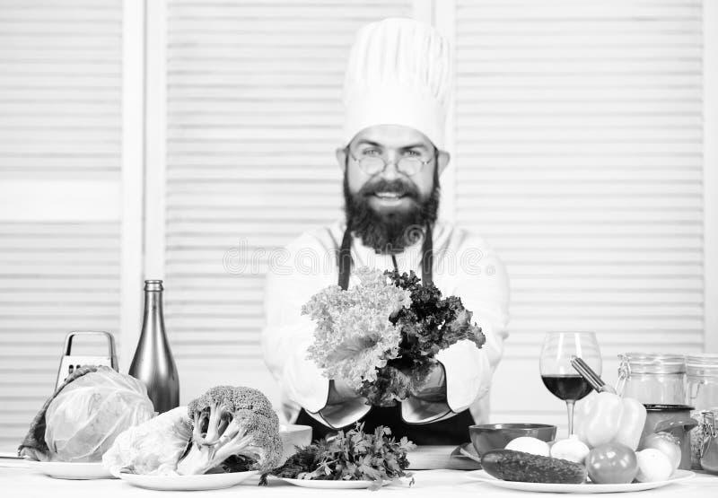 Συνήθειες τροφίμων Άτομο αρχιμαγείρων στο καπέλο r Γενειοφόρος μάγειρας ατόμων στην κουζίνα, μαγειρική o dieting στοκ φωτογραφίες