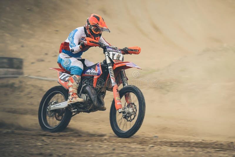 Συναγωνιμένος αναβάτης Tomas Mercado κατά τη διάρκεια του πρωταθλήματος μοτοκρός στοκ φωτογραφίες