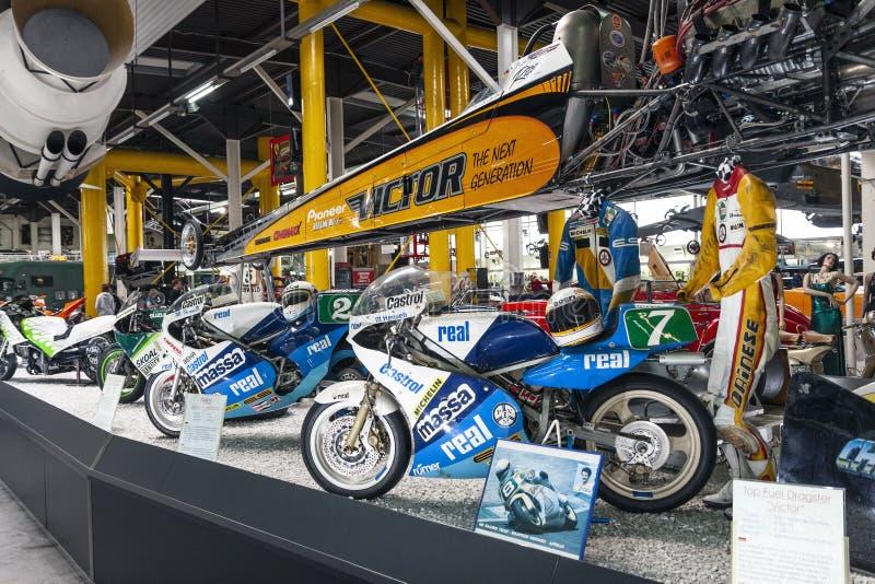 Συναγωνιμένος μοτοσικλέτες και αθλητικός εξοπλισμός στην επίδειξη στο αυτοκίνητο μουσείο στοκ φωτογραφία με δικαίωμα ελεύθερης χρήσης