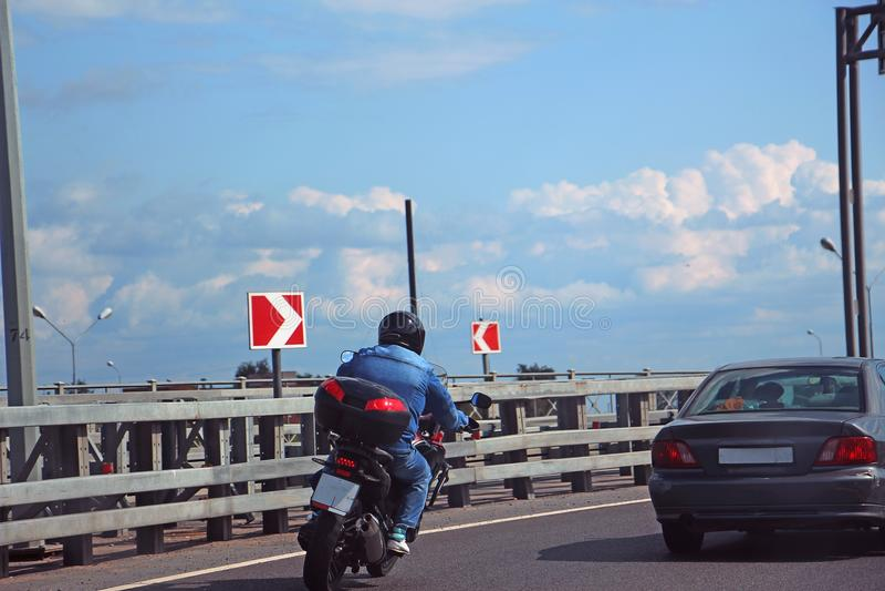 Συναγωνιμένος μοτοσυκλετιστής, που εισάγει τη στροφή στοκ εικόνες