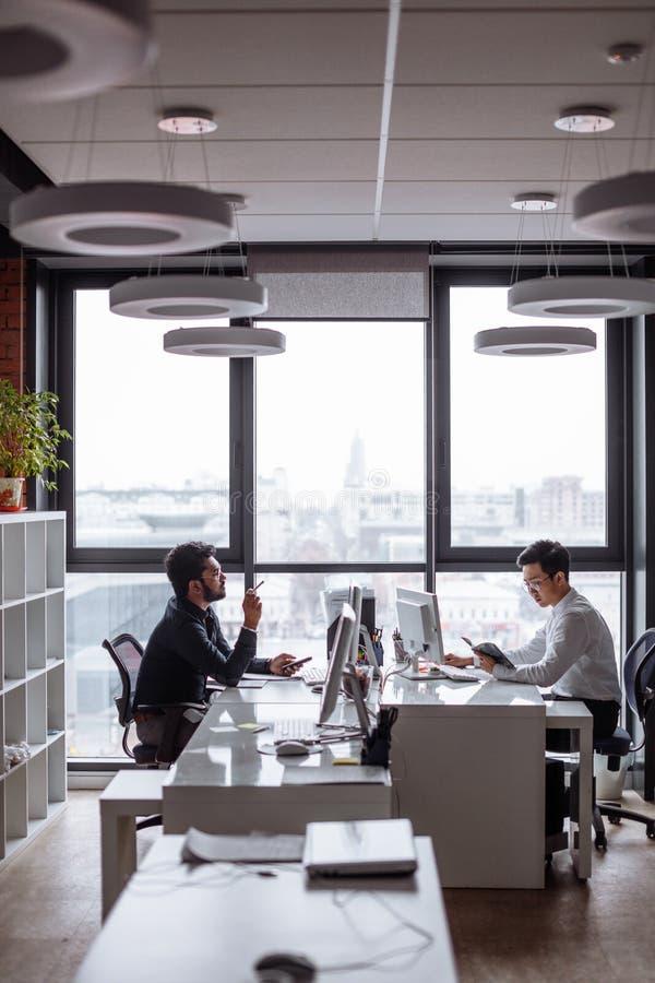Συναγωνισμένη μίγμα επιχειρηματική μονάδα που αναλύει τις εκθέσεις και που προγραμματίζει την επόμενη περίοδο πωλήσεων στοκ φωτογραφίες