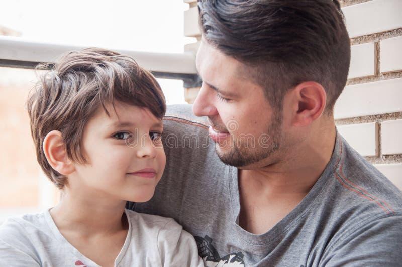 Συναισθηματικές υποστήριξη πατέρων και γιων και εκδήλωση της αγάπης, supp στοκ φωτογραφίες με δικαίωμα ελεύθερης χρήσης