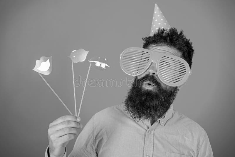 Συναισθηματική έννοια ποικιλομορφίας Hipster στο γιγαντιαίο εορτασμό γυαλιών ηλίου Το άτομο με τη γενειάδα στο εύθυμο πρόσωπο κρα στοκ φωτογραφία με δικαίωμα ελεύθερης χρήσης