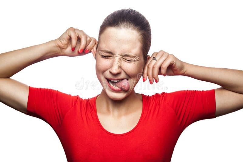 Συναισθηματική γυναίκα με την κόκκινες μπλούζα και τις φακίδες στοκ φωτογραφία με δικαίωμα ελεύθερης χρήσης