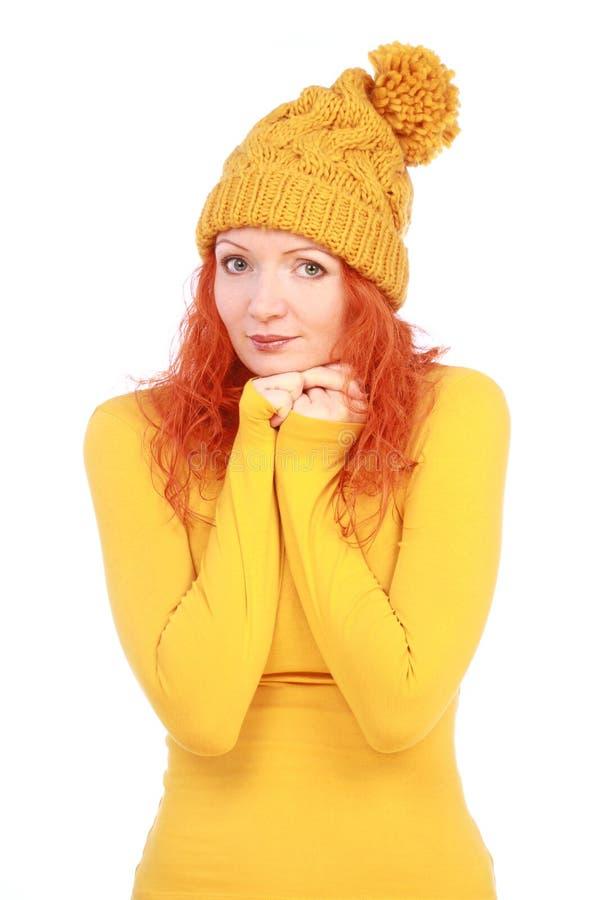 Συναισθηματική γυναίκα στο κίτρινες καπέλο και την μπλούζα στοκ εικόνες