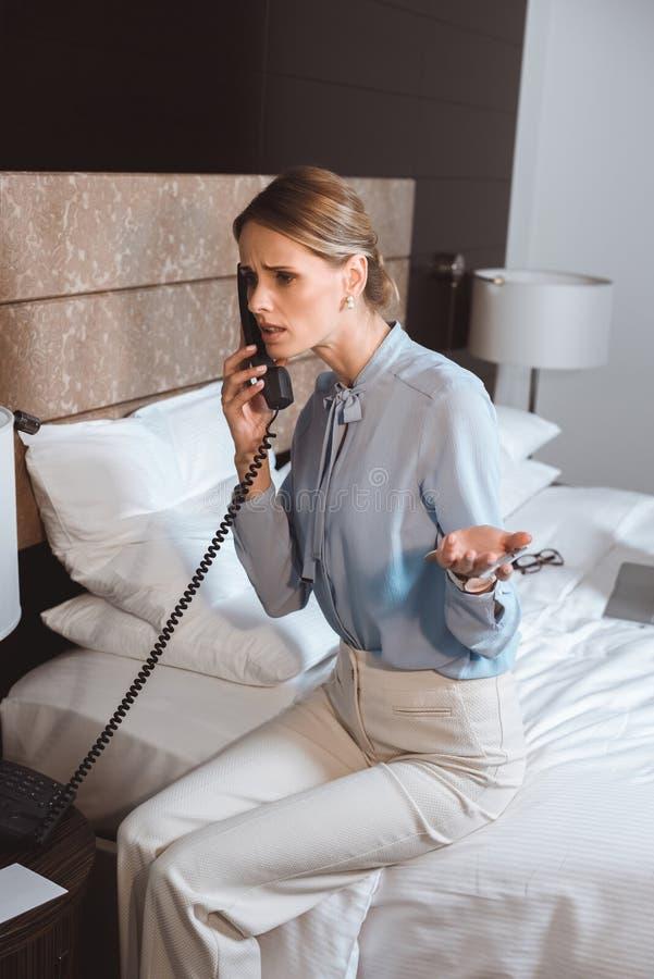 συναισθηματική νέα επιχειρηματίας που μιλά τηλεφωνικώς στοκ φωτογραφίες