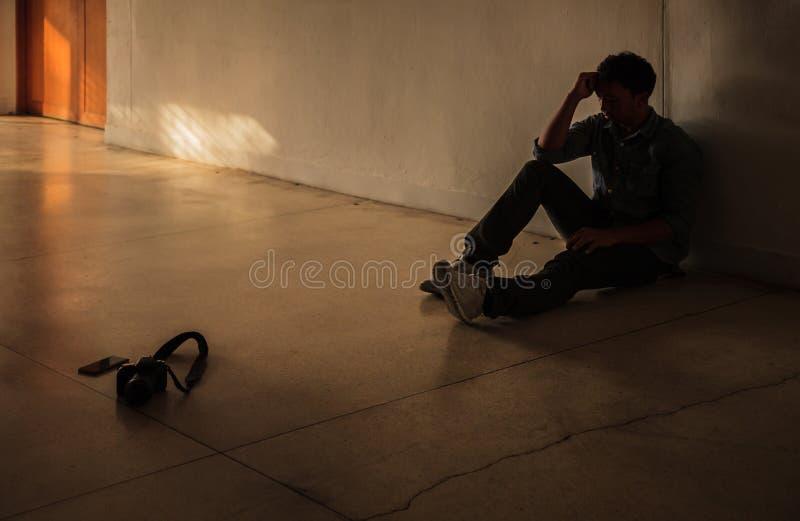Συναισθηματική στιγμή: κεφάλι εκμετάλλευσης συνεδρίασης ατόμων με το χέρι, τονισμένο λυπημένο νέο αρσενικό που έχει τα διανοητικά στοκ εικόνα με δικαίωμα ελεύθερης χρήσης