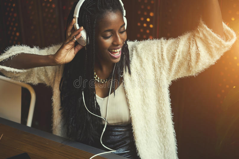 Συναισθηματική όμορφη αμερικανική γυναίκα afro στοκ εικόνες