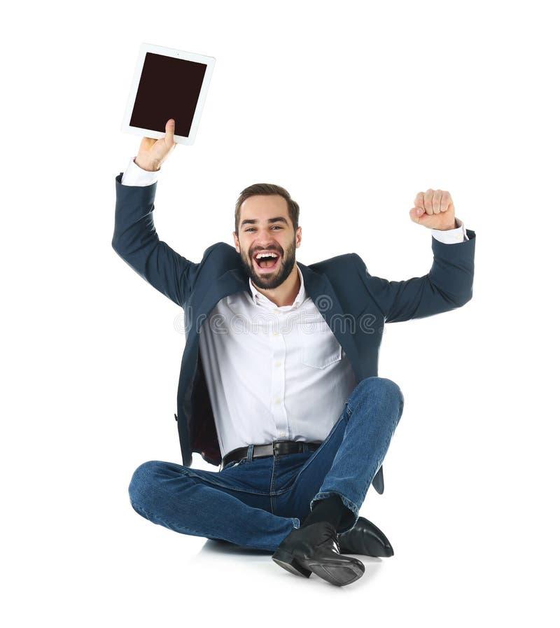 Συναισθηματικός επιχειρηματίας στην ένδυση γραφείων με τη νίκη εορτασμού ταμπλετών στοκ φωτογραφίες