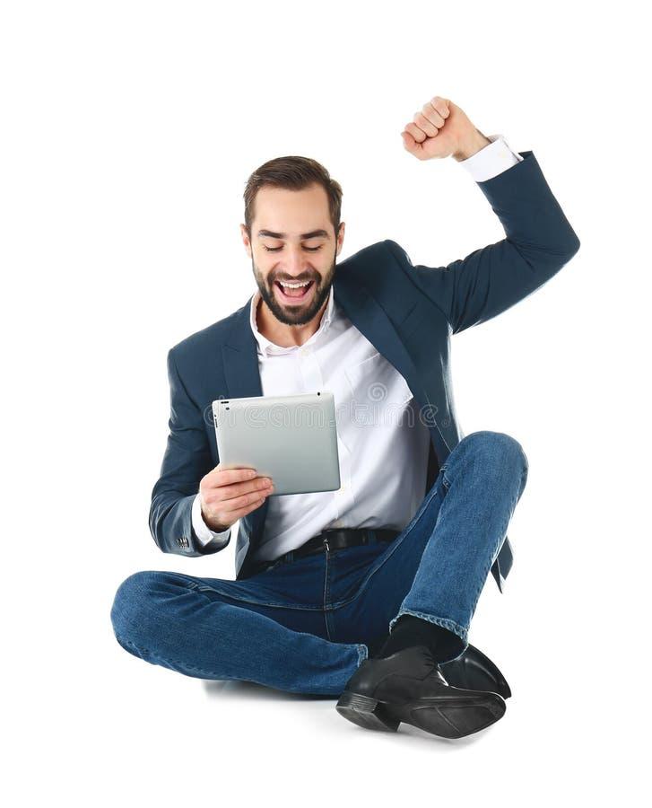 Συναισθηματικός επιχειρηματίας στην ένδυση γραφείων με τη νίκη εορτασμού ταμπλετών στο λευκό στοκ φωτογραφίες με δικαίωμα ελεύθερης χρήσης