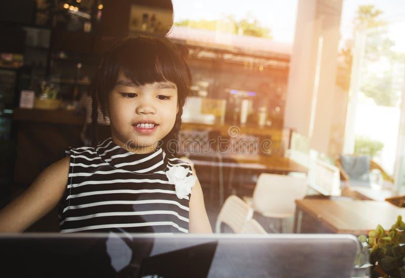 Συναισθηματικό αγόρι παιδιών εθισμού υπολογιστών με τα παίζοντας παιχνίδια σημειωματάριων lap-top στοκ εικόνες με δικαίωμα ελεύθερης χρήσης