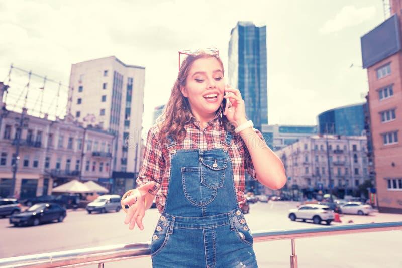 Συναισθηματικό αστείο κορίτσι που αισθάνεται ευτυχές καλώντας τους απόμακρους συγγενείς της στοκ εικόνες με δικαίωμα ελεύθερης χρήσης