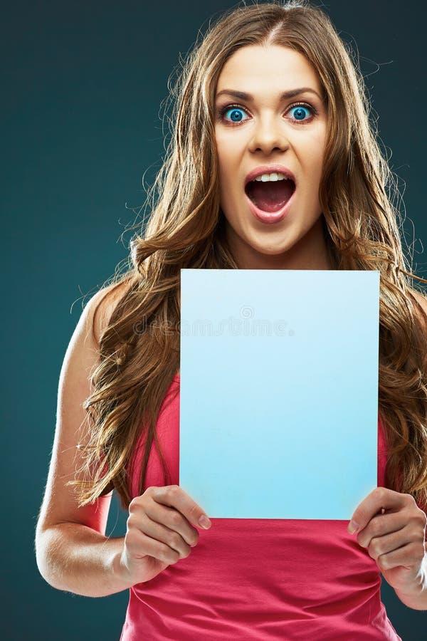 Συναισθηματικό θετικό πορτρέτο της νέας γυναίκας που κρατά το άσπρο κενό στοκ φωτογραφία με δικαίωμα ελεύθερης χρήσης