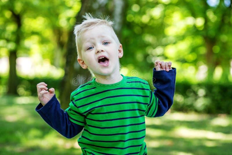 Συναισθηματικό μικρό παιδί στο πάρκο 2-3 έτη kindergartens _ στοκ φωτογραφία με δικαίωμα ελεύθερης χρήσης