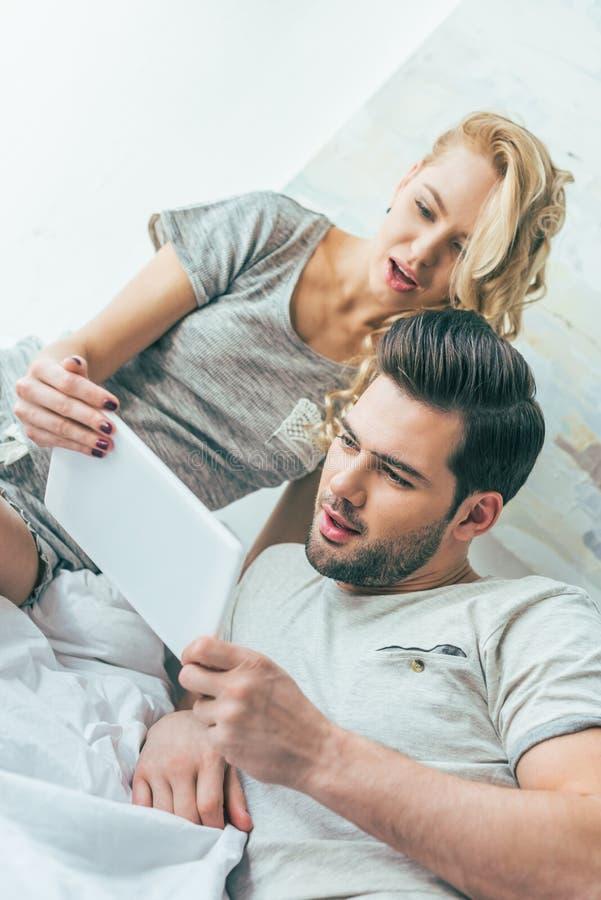 συναισθηματικό νέο ζεύγος που χρησιμοποιεί την ψηφιακή ταμπλέτα από κοινού στοκ φωτογραφία με δικαίωμα ελεύθερης χρήσης