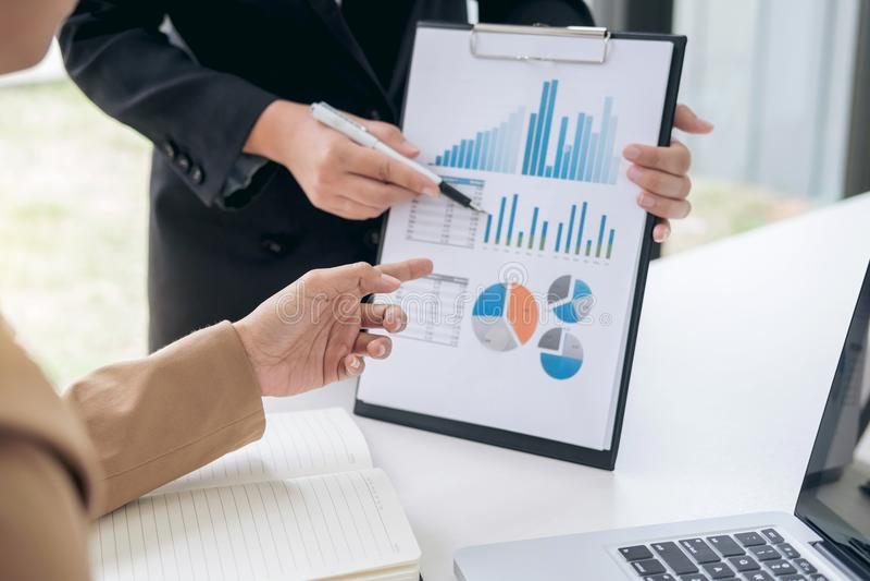 Συνανμένος παρόν επιχειρησιακών ομάδων, εκτελεστικοί συνάδελφοι επενδυτών στοκ εικόνες