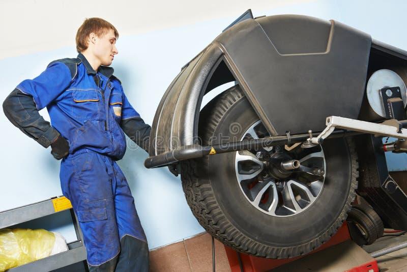 Συναρμολόγηση ελαστικών αυτοκινήτου Εξισορρόπηση ροδών αυτοκινήτων SUV στην υπηρεσία ροδών στοκ εικόνα με δικαίωμα ελεύθερης χρήσης