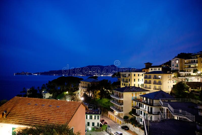 Συναρπαστική άποψη από το παράθυρο στη νύχτα στην περιοχή της Λιγυρίας στην Ιταλία Τρομερά χωριά Zoagli, Cinque Terre και στοκ εικόνα με δικαίωμα ελεύθερης χρήσης