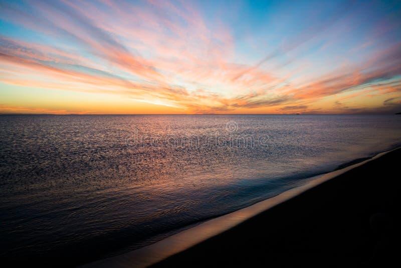 Συναρπαστική άποψη σχετικά με το ηλιοβασίλεμα πέρα από τη θάλασσα στοκ εικόνα