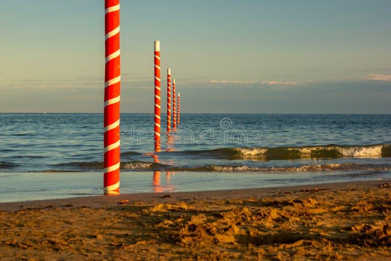 Συναρπαστική άποψη της παραλίας treporti cavallino, ευθεία τα σύνορα με τη διασημότερη παραλία Jesolo Οι πόλοι χαρακτηρίζουν το B στοκ φωτογραφίες με δικαίωμα ελεύθερης χρήσης