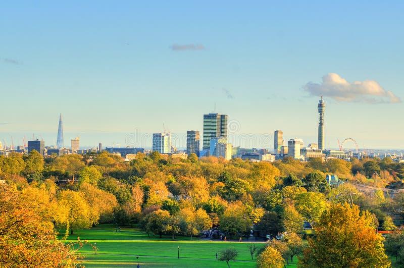 Συναρπαστική πανοραμική φυσική άποψη της εικονικής παράστασης πόλης του Λονδίνου που βλέπει από το όμορφο Primrose Hill στο πάρκο στοκ φωτογραφία με δικαίωμα ελεύθερης χρήσης