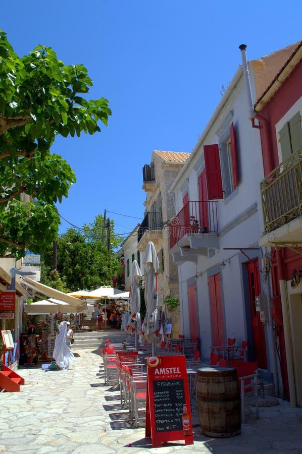 Συναρπαστική παραδοσιακή ελληνική του χωριού οδός στοκ φωτογραφία